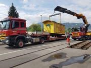 Der Bahnwagen wird an seinen jetzigen Platz bei der Brauerei Eichhof angeliefert. (Bild: PD)
