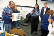 Heidi Heitkamp posiert mit einem Wähler. Die demokratische Senatorin aus North Dakota muss um die Wiederwahl bangen. (Bild: Dave Kolpack/AP (Fargo, 11. Oktober 2018))