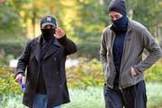 Jung, cool und ein bisschen gefährlich: Zwei Angeklagte präsentieren sich auf dem Weg zum Winterthurer Bezirksgericht. (Bild: Walter Bieri/Keystone)