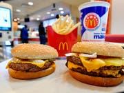 Bei McDonald's klingeln Kassen weniger: Umsatz und Gewinn sind im vergangenen Quartal gesunken. (Bild: KEYSTONE/AP/MIKE STEWART)