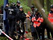Die deutsche Polizei räumt in der Nacht auf Donnerstag ein Protestcamp von Braunkohlegegnern im Hambacher Forst. (Bild: KEYSTONE/EPA/SASCHA STEINBACH)