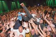 Sprangen bei der Wahlparty in München ins Publikum: Der Bundesvorsitzende Robert Habeck (rechts) und der bayrische Spitzenkandidat von Bündnis 90/Die Grünen, Ludwig Hartmann. (Bild: Sven Hoppe/Keystone, München, 14. Oktober 2018)
