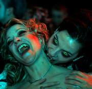Beim Vampirball in Rorschach wurde stilvoll zugebissen. (Bild: Rudolf Hirtl, Februar 2012)