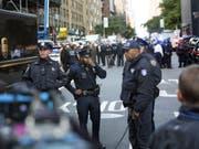 Polizisten am Mittwoch vor dem evakuierten Time Warner Center in New York. (Bild: Keystone/AP/KEVIN HAGEN)