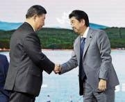 Xi Jinping (links) und Shinzo Abe beim Handschlag im russischen Wladiwostok. (Kyodo, 12. September 2018)