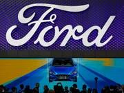 Der US-Autokonzern Ford hat im abgelaufenen Geschäftsquartal einen Gewinneinbruch erlitten. (Bild: KEYSTONE/AP/ANDY WONG)