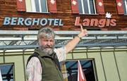 Daumen nach oben: Stephan Thalmann, Besitzer des Berghotels Langis, zeigt sich zuversichtlich. (Bild: Robert Hess (Langis, 16. Oktober 2018))