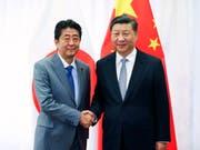 Japans Ministerpräsident Shinzo Abe (links) und Chinas Staats- und Parteichef Xi Jinping (rechts) kommen am Freitag erneut zusammen. (Bild: KEYSTONE/AP Xinhua/XIE HUANCHI)