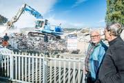 Walter Knill schaut sich die Abbrucharbeiten mit einem Anwohner an. (Bild: Andrea Stalder)