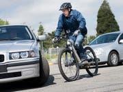 Kluge Köpfe schützen sich auch auf einem langsamen E-Bike, findet eine Mehrheit der Schweizerinnen und Schweizer gemäss der neusten Bevölkerungsbefragung der Beratungsstelle für Unfallverhütung (bfu). (Bild: KEYSTONE/JEAN-CHRISTOPHE BOTT)