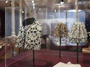 Im St. Galler Textilmuseum werden in einer neuen Ausstellung kostbare Spitzen gezeigt, wie sie bis zur Französischen Revolution vor allem von Adel und Klerus getragen wurden. (Textilmuseum St. Gallen) (Bild: Textilmuseum St. Gallen)