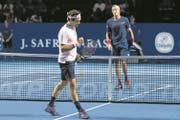 Geballte Faust: Roger Federer zieht nach einem holprigen Start in den Viertelfinal ein. (Bild: Georgios Kefalas/Keystone (Basel, 25. Oktober 2018))