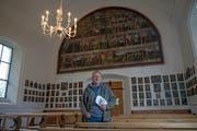 Pfarreileiter Markus Limacher zeigt die Heilig-Kreuz-Kapelle in Emmetten. (Bild: Corinne Glanzmann, 24. Oktober 2018)