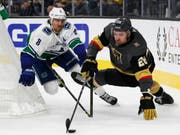 Vancouvers Verteidiger Christopher Tanev (links) im Zweikampf mit William Carrier von den Vegas Golden Knights (Bild: KEYSTONE/AP/JOHN LOCHER)
