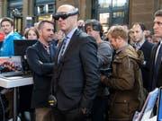 Bundespräsident Alain Berset testet eine Virtual Reality Brille am Digitaltag, am Donnerstag, 25. Oktober 2018 im Hauptbahnhof in Zürich. (KEYSTONE/Peter Klaunzer) (Bild: KEYSTONE/PETER KLAUNZER)