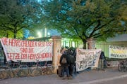 Vor dem Basler Gerichtsgebäude demonstrieren Unterstützer der Angeklagten. (Bild: Kenneth Nars/BZ (25. Oktober 2018))