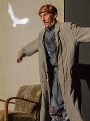 Verwandlungskünstler Thomy Truttmann im Stück «Örjan - der Traum vom Fliegen», das in der Braui Hochdorf gezeigt wird. (Bild: PD)
