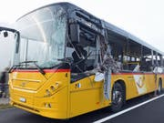 Keine Scheibe blieb ganz auf der Seite, auf der das Postauto im Entlebuch vom Lastwagen gestreift wurde. (Bild: Luzerner Polizei)