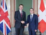 Aussenminister Ignazio Cassis und sein britischer Amtskollege Jeremy Hunt wollen die gegenseitigen Beziehungen der beiden Staaten weiter vertiefen. (Bild: KEYSTONE/PETER SCHNEIDER)