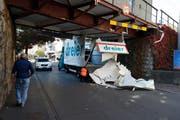 Das Dach des Kleinlastwagens lag auf der Strasse. (Bild: Stefan Kaiser (Zug, 25. Oktober 2018))