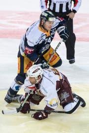 Johann Morant (oben) im Spiel gegen Kevin Romy von Genève-Servette (Bild: Urs Flüeler / Keystone (Zug, 5. Oktober 2018))