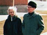 Dürfen nicht in Berlin ruhen: Margot und Erich Honecker, hier bei einem Spaziergang auf dem Areal der chilenischen Botschaft in Moskau im März 1992. (Bild: KEYSTONE/AP/TANYA MAKEEVA)