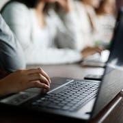 Schüler arbeiten mit Laptops im Unterricht. (Symbolbild: Stefan Kaiser)