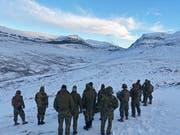Amerikanische und norwegische Soldaten warten auf ihren Einsatz.Bild: EPA (Setermoen, 25. Oktober 2018)