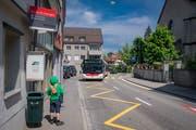 Ein Dieselbus bei der Haltestelle «Kirche St.Georgen». Sagt das Stimmvolk am 25. November Ja, sollen hier dereinst Batterietrolleybusse ohne Fahrleitungen verkehren. (Bild: Benjamin Manser - 22. Mai 2018)