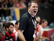 Handball-Nationaltrainer Michael Suter treibt sein Team an (Bild: KEYSTONE/GIAN EHRENZELLER)