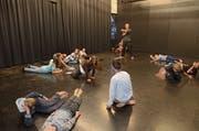 Spielleiter Pascal Demarais zeigt im Spielraum-Theaterkurs den 9- bis 12-jährigen Kindern verschiedene Körper- und Atemübungen. (Bild: Miriam Cadosch)
