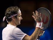 Roger Federer winkt nach dem Sieg dem Publikum zu. (Bild: KEYSTONE/GEORGIOS KEFALAS)