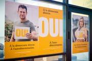 Plakate des Komitees «Ja zur Selbstbestimmun»g (Bild Keystone/Anthony Anex (Bern, 2. Oktober 2018))