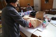 Ehrenamtliche Helfer verpacken Teddybären, Kleidung oder auch Schulmaterial für Weihnachten. (Bild: Ines Biedenkapp)