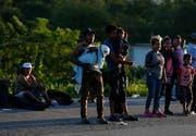 Migranten aus Zentralamerika, welche die Grenze zu den USA erreichen wollen. Viele in der 4000 bis 5000 Personen fassenden Karawane sind krank, werden von der Polizei schikaniert und übernachten unter freiem Himmel. Foto aus Mapastepec in Mexiko rund 1000 Kilometer von den US-amerikanischen Grenze entfernt, wo sie bereits Soldaten erwarten. (Bild: Keystone/AP Photo/Rebecca Blackwell)