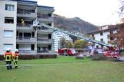 Das Mehrfamilienhaus in Engelberg, rund 50 Feuerwehrleute waren im Einsatz. (Bild: Kapo Obwalden)