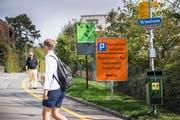 Im Quartier Rotmonten sind die Verkehrsverhältnisse auf Peter und Paul an schönen Wochenende ein Dauerthema. Mit Hinweistafeln an der Kirchlistrasse macht die Stadt auf die beschränkte Zahl Parkplätze auf dem Hügel ob Rotmonten aufmerksam. (Bild: Ralph Ribi - 21. September 2018)