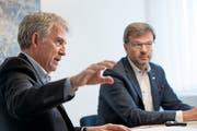 Heini Sommer, Bankratspräsident, und Christoph Bugnon, CEO, erklären, was die UKB mit der Strategie 2021 verfolgt. (Bild: Corinne Glanzmann (Altdorf, 18. Oktober 2018))