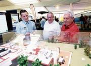Andreas Brand erklärt Alois und Hans Meier (von links), wie man Energie im Haushalt spart. (Bild: Stefan Kaiser (Zug, 25. Oktober 2018))
