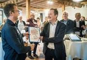 Gemeindepräsident Ulrich Marti bekommt von Patrick Bucher von «Zukunft Gemeinde Herdern» die Unterschriften überreicht. (Bild: Reto Martin)