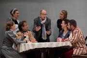 Regisseur Beny Nyffeler (Mitte) bei einer Probe des Theaters Neudorf. (Bild: Corinne Glanzmann, 14. Oktober 2018)