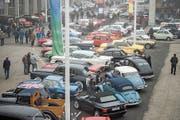 Die Parkplätze auf dem Messegelände sind ausgebucht. Hier zeigen stolze Besitzer ihre Fahrzeuge. (Bild: Samuel Schalch, 30. Oktober 2016)