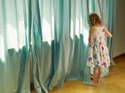 Internationale Ermittler haben nach Angaben von Europol in den vergangenen fünf Jahren 241 Opfer von Kinderpornografie identifiziert und vor weiterem sexuellen Missbrauch in Sicherheit gebracht. (Bild: KEYSTONE/CHRISTOF SCHUERPF)