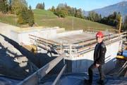 Der Sarner Brunnenmeister Leo Zberg auf der Baustelle des Trinkwasserreservoirs Gubermatt in Obstalden. (Bild: Philipp Unterschütz (25. Oktober 2018))