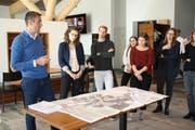 Im Golf Clubhaus Andermatt hören die Jus-Studenten gespannt zu, was Christoph Langenberg, Leiter Planung und Entwicklung Andermatt Swiss Alps AG, zu sagen hat. (Bild: PD, Andermatt, 26. Oktober 2018)