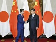 Shinzo Abe (l.) und Xi Jinping am Freitag in Peking. (Bild: Keystone/AP Kyodo News/193452+0900)