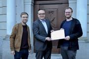 Marco Planzer (links) und der Präsident des Jugendrats, Leza Aschwanden, überreichen Landammann Roger Nager die Petitionen des Urner Jugendrats. (Bild: PD, Altdorf, 25. Oktober 2018)