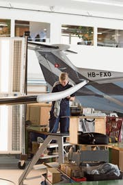Eine Mitarbeiterin überprüft die Lackierung eines PC-21. (Bild: Christian Beutler/Keystone, Stans, 8. März 2018)