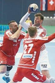 Alen Milosevic (links) und Max Gerbl in Osijek gegen Kroatiens Domagoj Duvnjak. (Bild: Davor Javorovic/Pixsell))