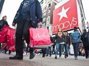 Die US-Amerikaner zeigen sich ausgabefreudig: Der Konsum legte im dritten Quartal so stark zu wie seit fast vier Jahren nicht mehr. (Bild: KEYSTONE/AP/BEBETO MATTHEWS)